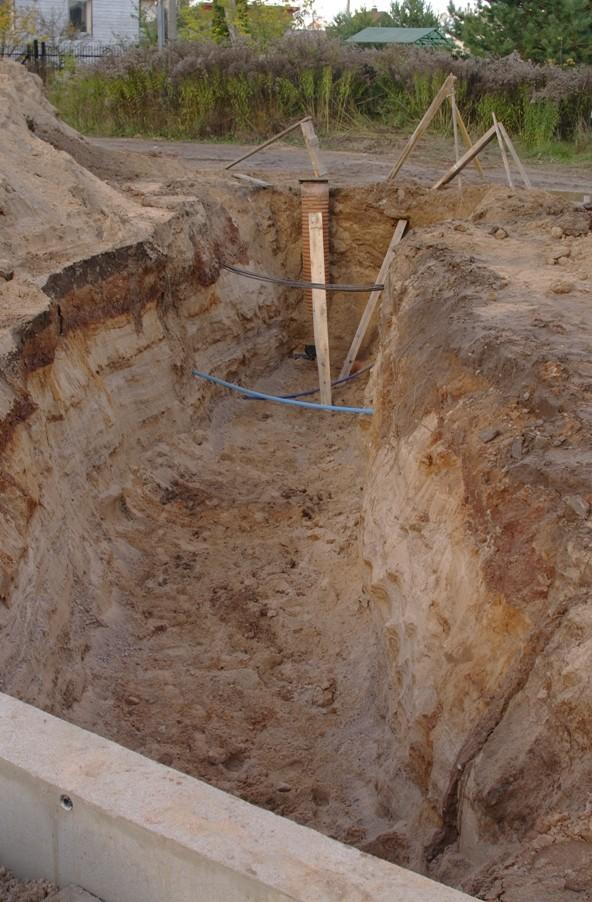 Подкоп фундамента для ввод воды в дом