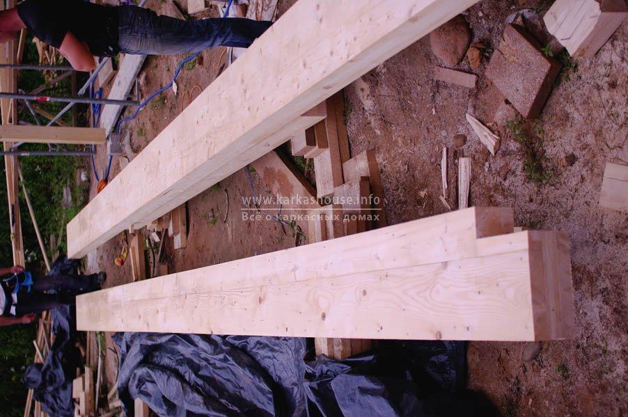 Клееный брус, подготовленный для подъема и установки