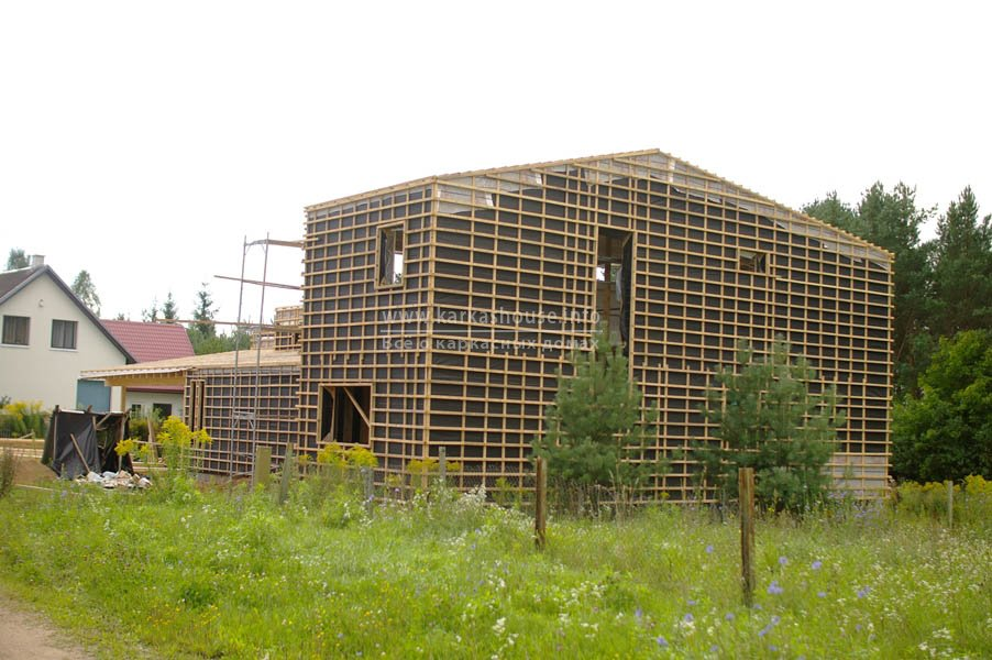 Стены и крыша на завершающем этапе монтажа обрешетки