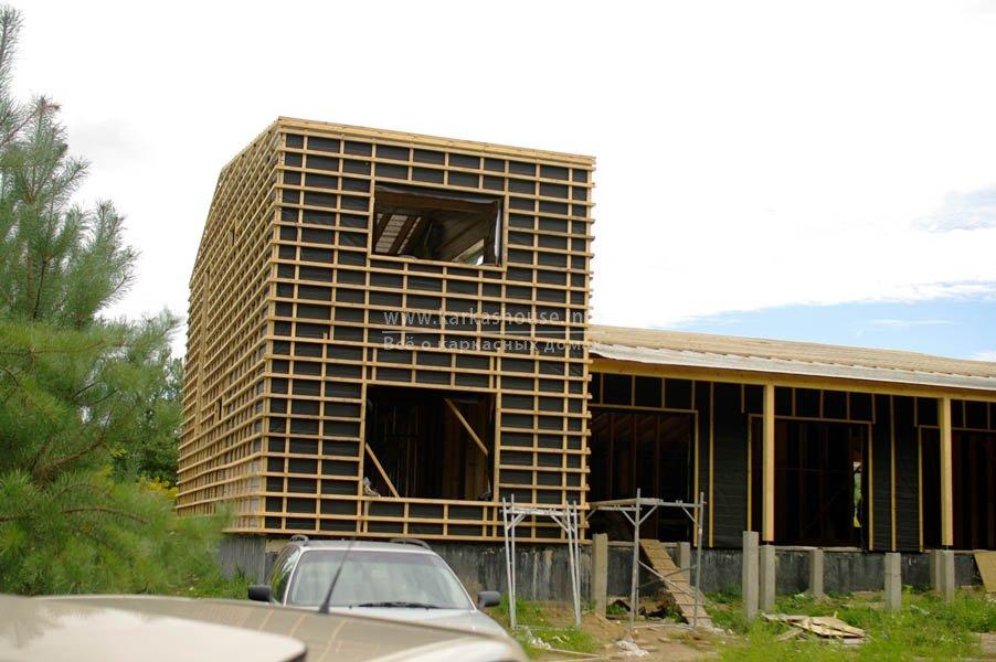 Стены и крыша в стадии завершения обрешетки