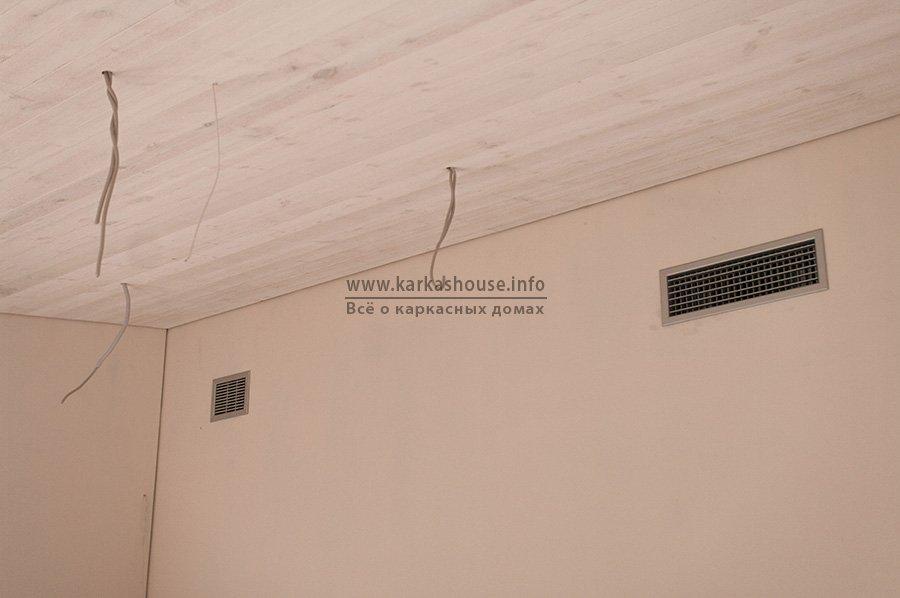отделка деревянными панелями потолка