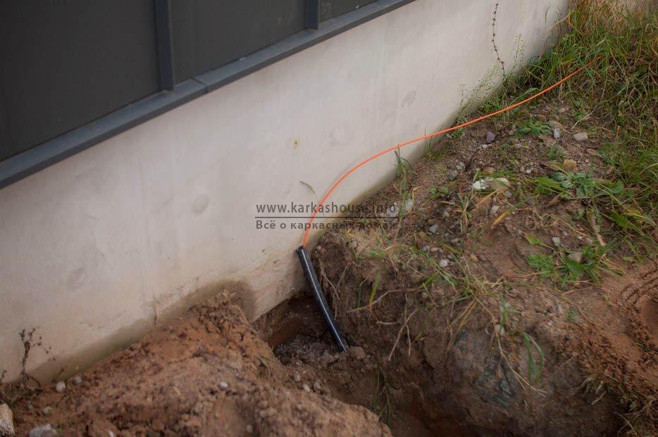 Прокладка оптического кабеля возле дома