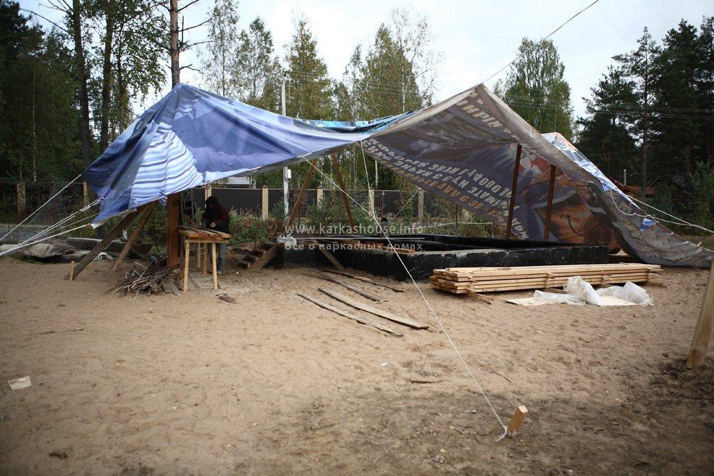 шатер над стройплощадкой из банера