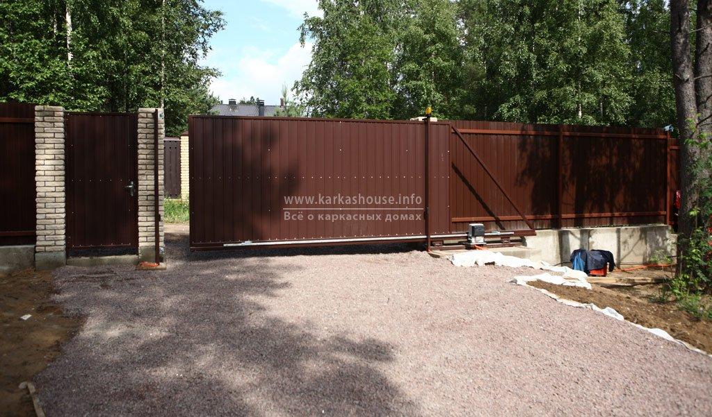 автоматические ворота в заборе из профлиста